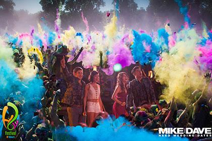"""Gewinnt zum Kinostart von """"Mike and Dave Need Wedding Dates"""" Tickets für die Holi Festivals of Colours © Fox"""